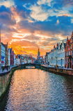 Solnedgångsikt längs den Spiegelrei kanalen in mot Jan Van Eyckplein Arkivbilder