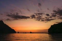 Solnedgångsikt mellan öar Arkivfoto