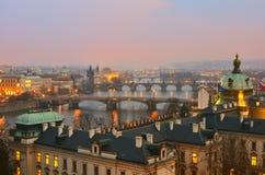 Solnedgångsikt på fyra Prague broar Arkivbild