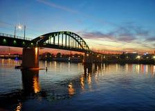 Solnedgångsikt till den gamla Sava Bridge och den nya Belgrade arkivbilder