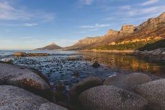 Solnedgångsikten av `en s för 12 apostlar och lejonHead i Cape Town Arkivfoto