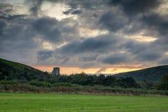 Solnedgångsikten från fältet över som ska rockeras, fördärvar fotografering för bildbyråer