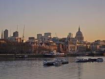 Solnedgångsikten från Waterloo överbryggar St Paul & staden arkivfoton