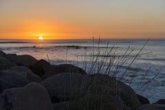 Solnedgångsikten på kust- går, nya Plymouth, NZ Arkivfoto