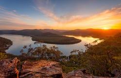 Solnedgångsikter över flodkrökningen arkivbilder