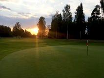 Solnedgångsikter på golfgräsplanen arkivfoto