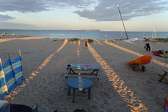 Solnedgångskuggaensemblen från stranden förlägga i barack in mot kust och härlig himmel Royaltyfria Foton
