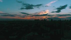 Solnedgångsol över centrum med molntimelapse stock video