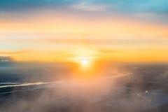 Solnedgångsoluppgång över jord Flyg- sikt från flyg för hög höjd Royaltyfri Bild