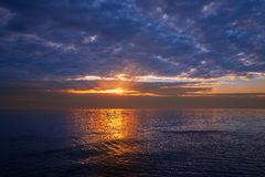 Solnedgångsoluppgång över medelhavet Arkivfoto