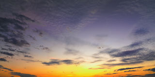 Solnedgångsoluppgång med moln, ljusa strålar och annan atmosfärisk effekt, selektiv vit jämvikt Arkivbild