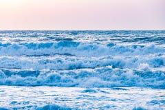 Solnedgångsoluppgång på havet med härliga vågor Fotografering för Bildbyråer