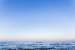 Solnedgångsoluppgång på havet med härliga vågor Royaltyfri Foto