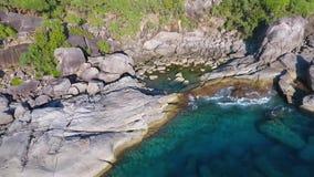 Solnedgångsynvinkelklippa med stora stenar på den Similan ön Slowmotion HD-antenn andaman hav thailand stock video