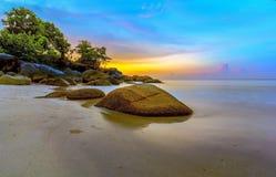 SolnedgångTanjung Kelayang Bangka ö Indonesien Royaltyfri Fotografi
