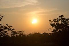 Solnedgångtid i bygd av Thailand fotografering för bildbyråer