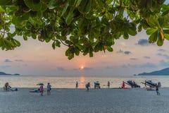 Solnedgångtid i den Patong stranden Royaltyfri Foto