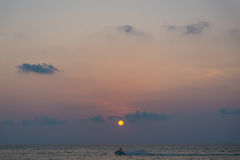 Solnedgångtid i den Patong stranden Royaltyfria Bilder