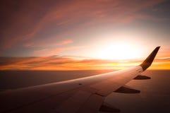 Solnedgångtid med flygplanvingen från insidan, lopp i Thaila Fotografering för Bildbyråer