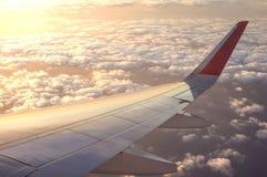 Solnedgångtid med flygplanvingen från insidan, lopp i Thaila Arkivbilder
