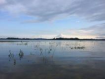 Solnedgångtid nära till en sjö arkivfoton