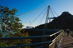 Solnedgångtid på bron modern konstruktion för anslutningskugghjul för begrepp 3d mekanism spårvagn för helvete s för luftport Arkivbild