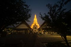 Solnedgångtid på det huvudsakliga särdraget av Wat Arun Ratchawararam Ratworamahawihan Temple av gryning Royaltyfria Bilder