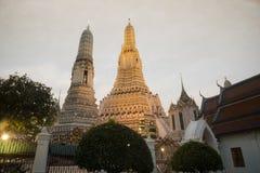 Solnedgångtid på det huvudsakliga särdraget av Wat Arun Ratchawararam Ratworamahawihan Temple av gryning Arkivbild