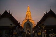 Solnedgångtid på det huvudsakliga särdraget av Wat Arun Ratchawararam Ratworamahawihan Temple av gryning Arkivfoton