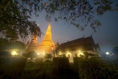 Solnedgångtid på det huvudsakliga särdraget av Wat Arun Ratchawararam Ratworamahawihan Temple av gryning Royaltyfri Fotografi