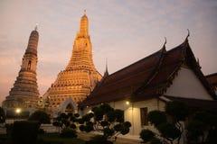 Solnedgångtid på det huvudsakliga särdraget av Wat Arun Ratchawararam Ratworamahawihan Temple av gryning Arkivfoto