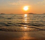 Solnedgångtid på havsstranden Arkivfoto