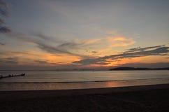 Solnedgångtid på stranden Arkivbilder
