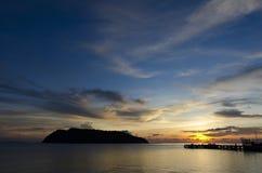 Solnedgångtid vid pir Arkivbild