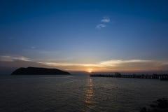 Solnedgångtid vid pir Royaltyfri Bild