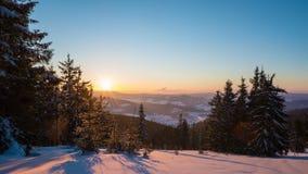 Solnedgångtidschackningsperiod i vinterberg arkivfilmer