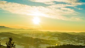 Solnedgångtidschackningsperiod i vinterberg lager videofilmer