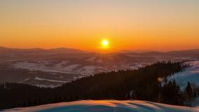Solnedgångtidschackningsperiod i vinterberg stock video