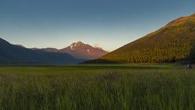 Solnedgångtidschackningsperiod med berg över Euklitna sjön i Alaska, ankring arkivfilmer