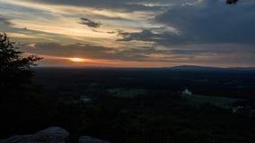 Solnedgångtidschackningsperiod på det Sawnee berget på indiska platser lager videofilmer