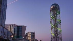 Solnedgångtimelapse av alfabettornet i Batumi, satt zoom lager videofilmer