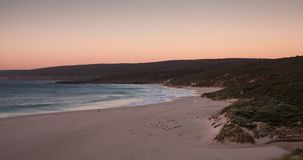 Solnedgångtimelapse på den Injidup stranden i Yallingup, västra Australien lager videofilmer