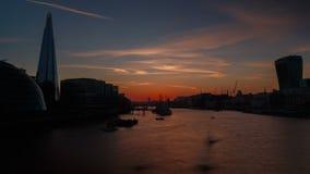 Solnedgångtimelapsesikt av flodThemsen i London stock video