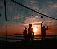 solnedgångvolleyboll för 4 strand Royaltyfri Fotografi