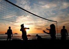 solnedgångvolleyboll för 5 strand Arkivbild