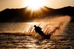 solnedgångwaterski Fotografering för Bildbyråer
