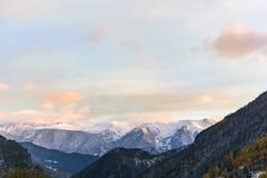 Solnedgångwhit insnöade Arinsal, La Massana, Andorra fotografering för bildbyråer