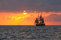 solnedgångyacht Arkivbilder