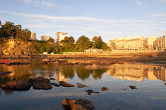 Solnedgångyn den Santa Cruz stranden i Santa Cruz Galicia, Spanien Arkivbild