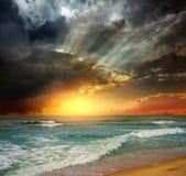 solnedgång för strandgalenskaphav Arkivbilder
